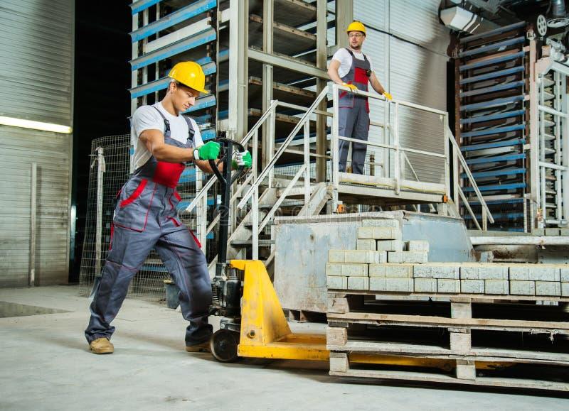 Trabajadores en una fábrica fotos de archivo