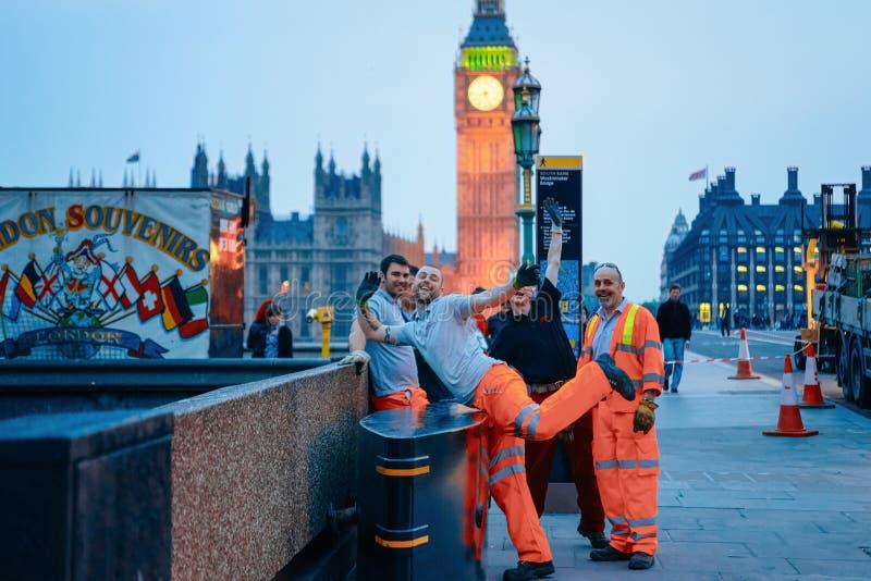 Trabajadores felices en Big Ben en el puente de Westminster en Londres fotos de archivo libres de regalías