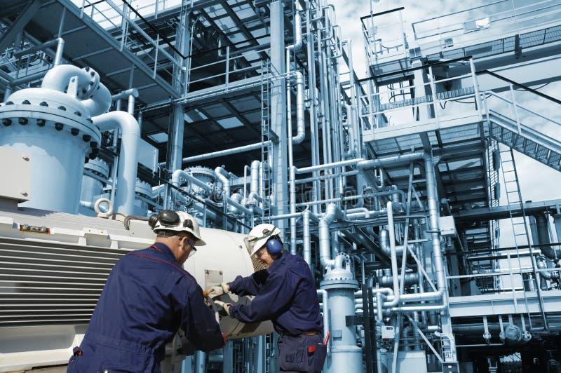 Trabajadores, maquinaria, petróleo y industria petrolera foto de archivo libre de regalías