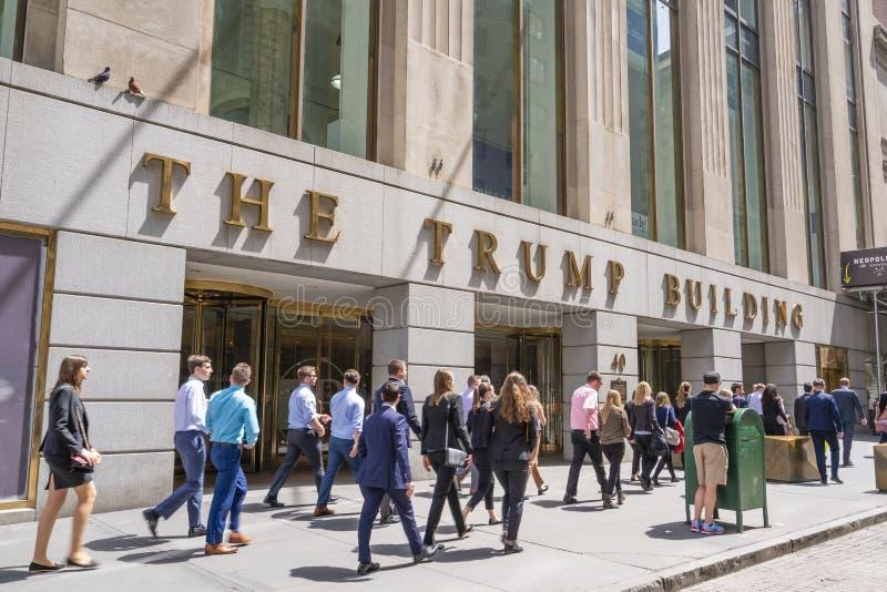 Trabajadores no manuales fuera del edificio del triunfo en Wall Street imágenes de archivo libres de regalías
