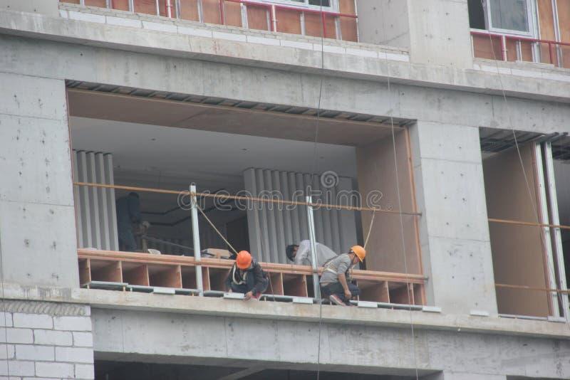 Trabajadores peligrosos de la instalación foto de archivo