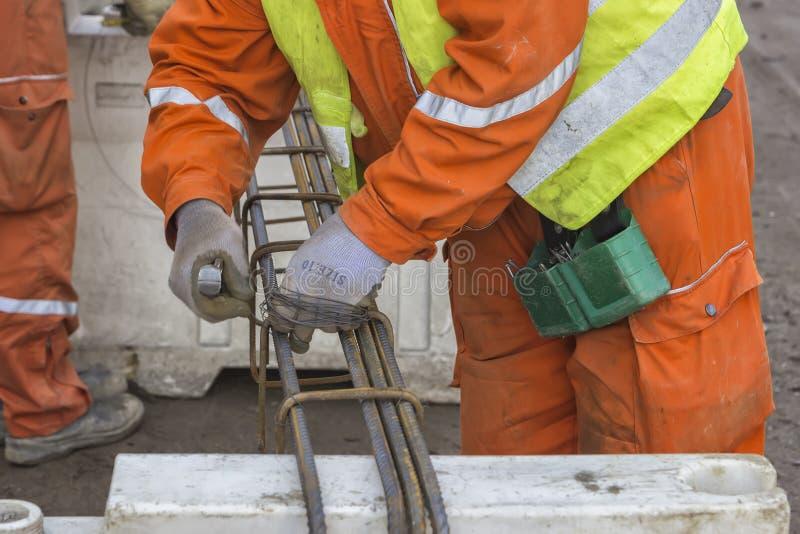 Trabajadores que atan el rebar foto de archivo