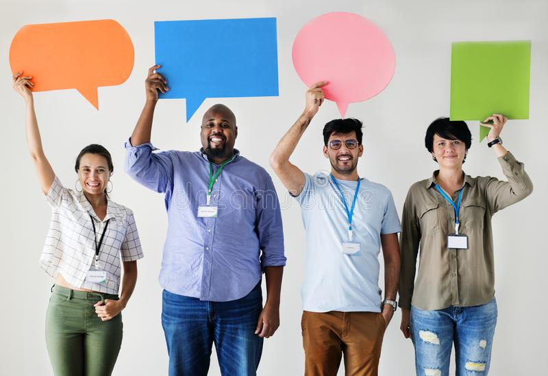 Trabajadores que colocan y que sostienen los cuadros de mensaje coloridos imagen de archivo libre de regalías