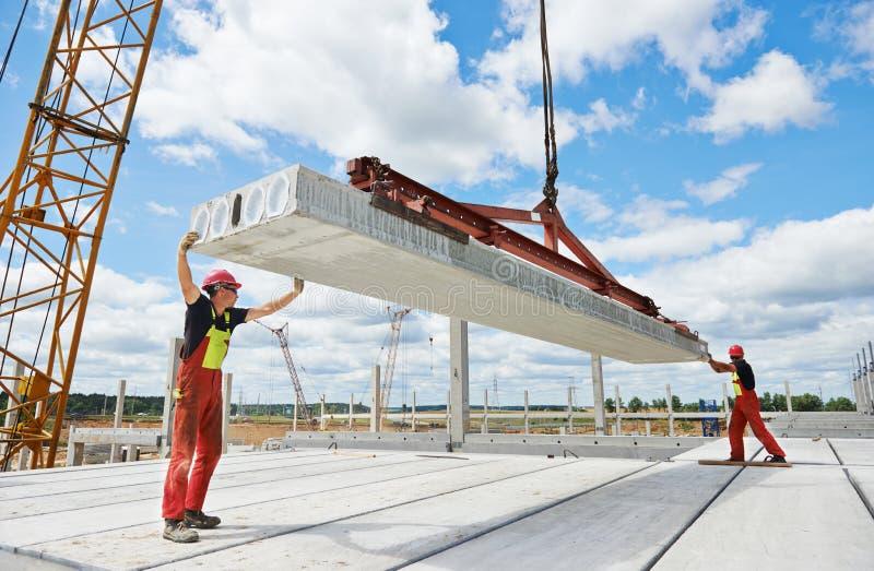 Trabajadores que instalan el bloque de cemento imagen de archivo libre de regalías