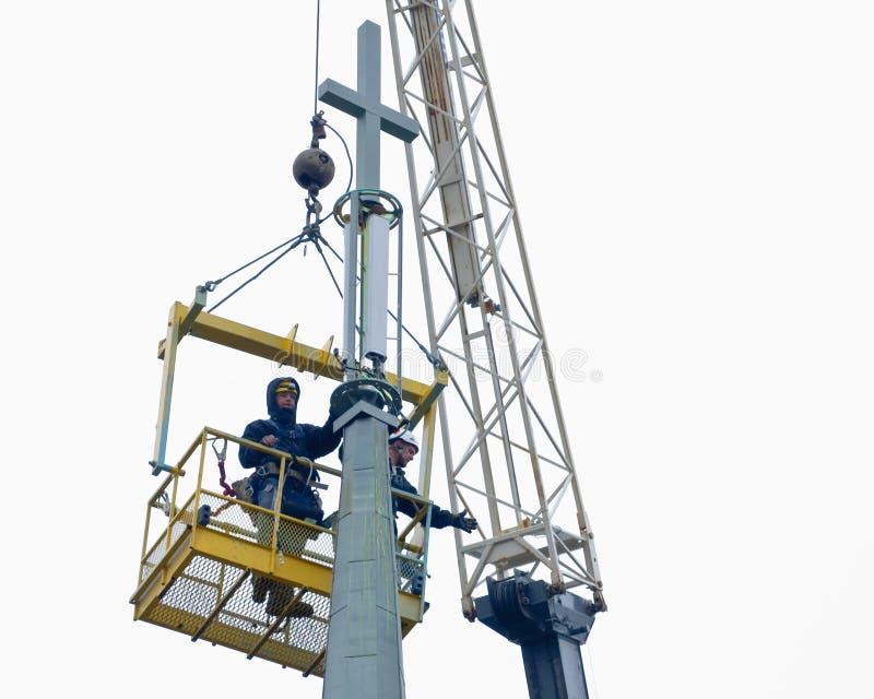 Trabajadores que instalan una antena del teléfono celular en iglesia imágenes de archivo libres de regalías