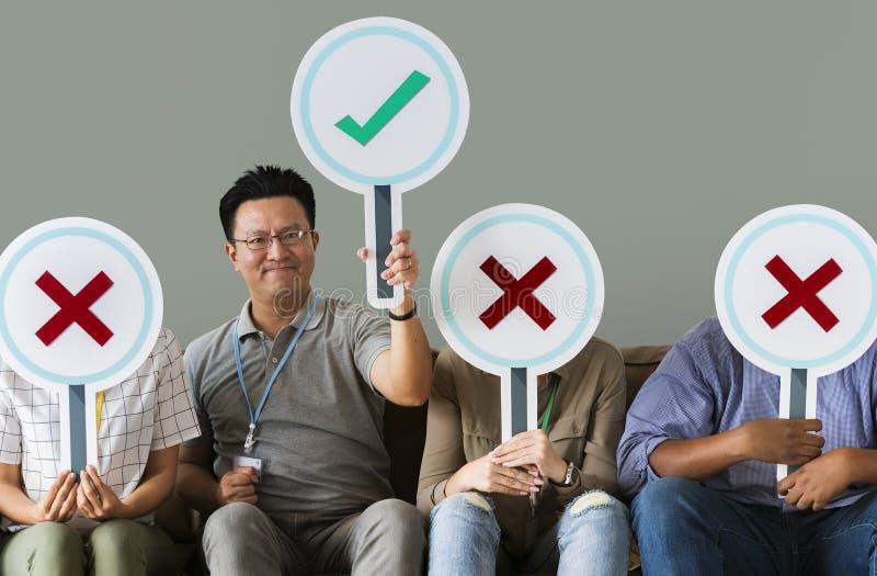 Trabajadores que llevan a cabo una muestra del voto fotos de archivo