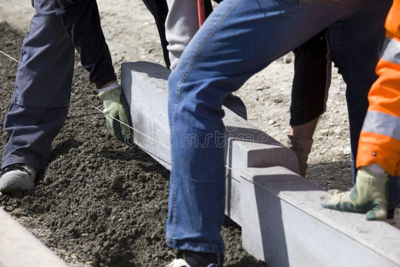 Trabajadores que ponen bloques de la brisa imagen de archivo libre de regalías