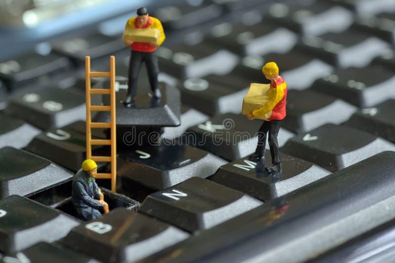 Trabajadores que reparan el teclado foto de archivo libre de regalías