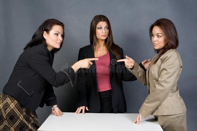 Trabajadores que señalan los dedos imagenes de archivo