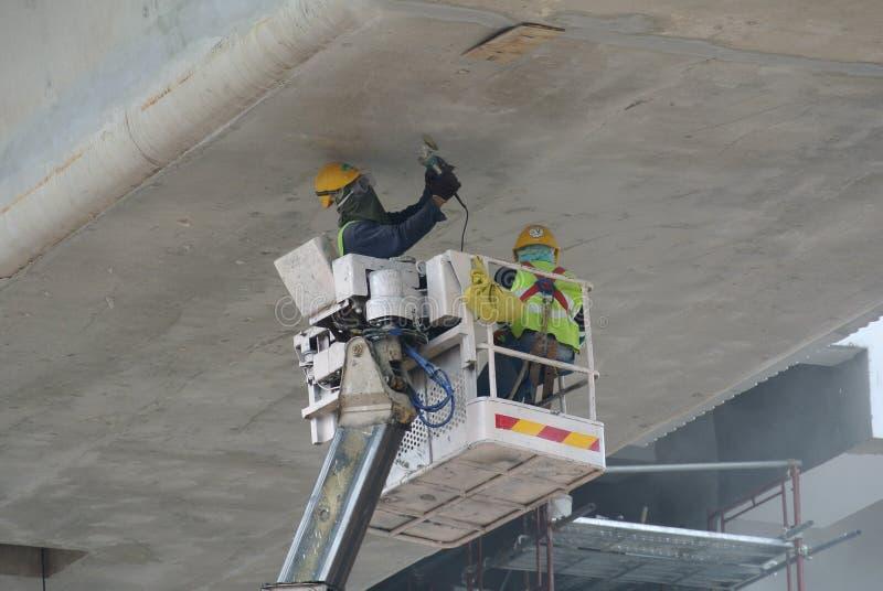 Trabajadores que se colocan en la cesta de la grúa móvil fotos de archivo
