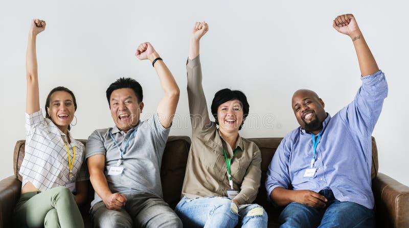 Trabajadores que se sientan y que animan junto imagen de archivo libre de regalías