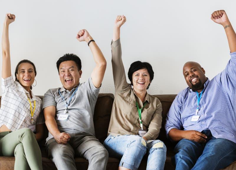 Trabajadores que se sientan y que animan junto foto de archivo