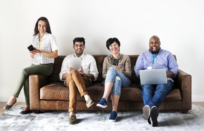 Trabajadores que trabajan en el ordenador portátil y los dispositivos digitales imagenes de archivo