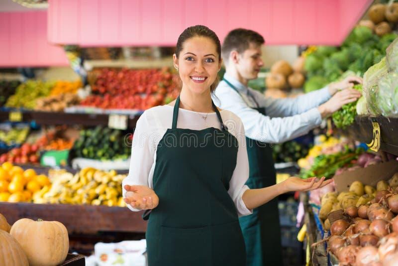 Trabajadores que venden las frutas frescas imagen de archivo