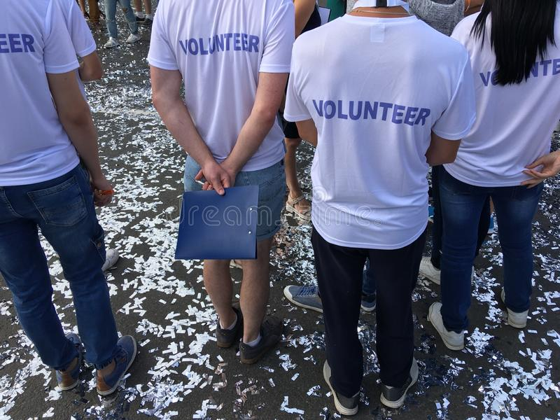 Trabajadores voluntarios en el funcionamiento del maratón fotografía de archivo libre de regalías