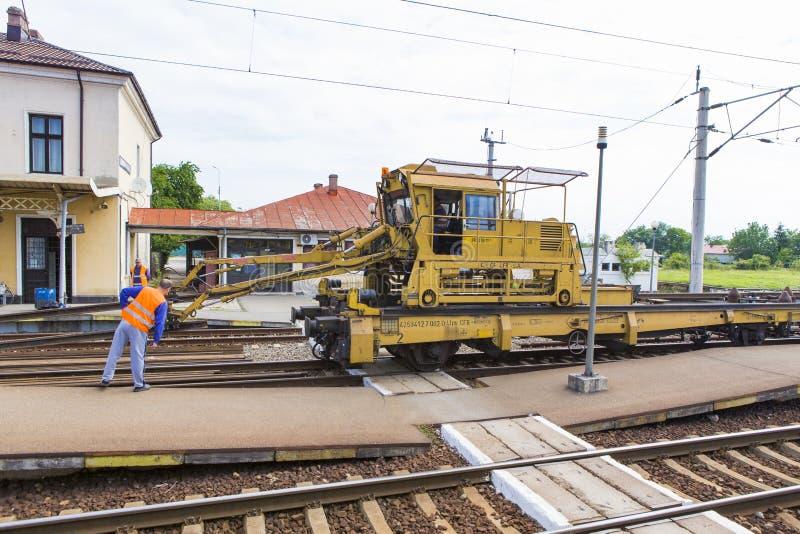 Trabajadores y carril que reparan el tren imágenes de archivo libres de regalías