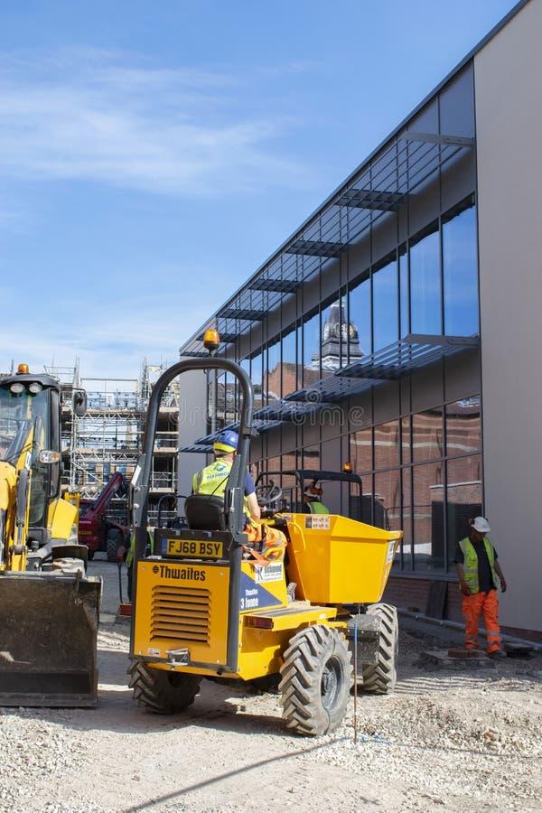 Trabajadores y maquinaria de construcci?n donde el nuevo cine de Grantham se abrir? fotos de archivo
