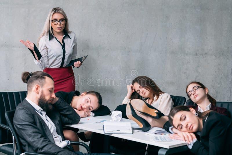 Trabajar demasiado el informe de negocios anual del sueño del equipo fotos de archivo