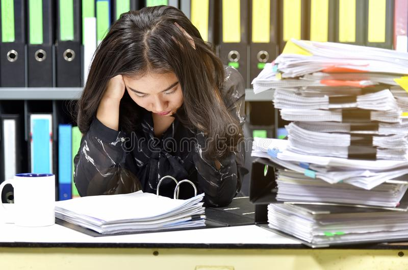 Trabaje difícilmente, porción de trabajo, las pilas de papel del documento y carpeta de ficheros en el escritorio de oficina fotografía de archivo libre de regalías