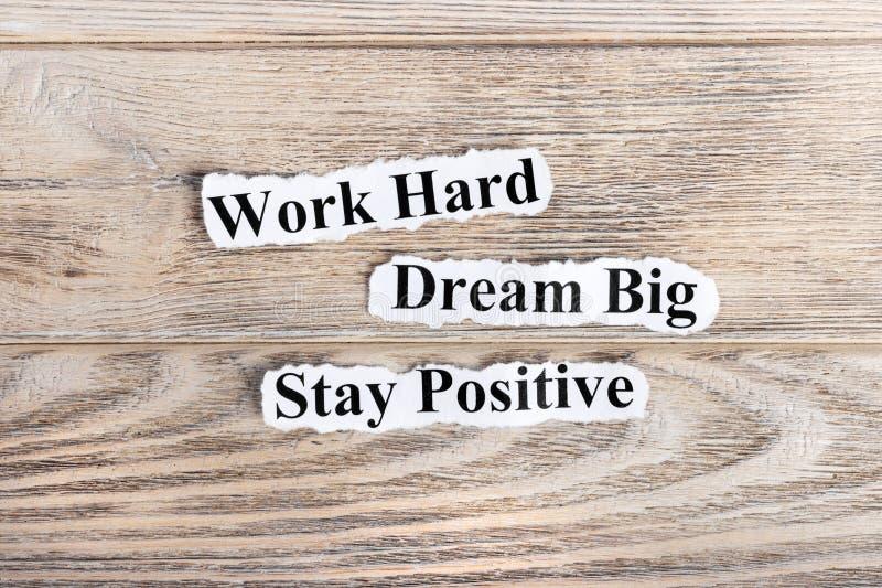 Trabaje duro, sueñe grande, texto positivo de la estancia en el papel Redacte el trabajo difícilmente, sueñe grande, positivo de  fotos de archivo
