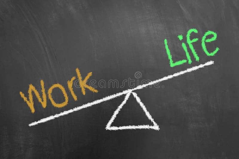 Trabaje el dibujo de tiza del desequilibrio de la vida en la pizarra o la pizarra fotos de archivo