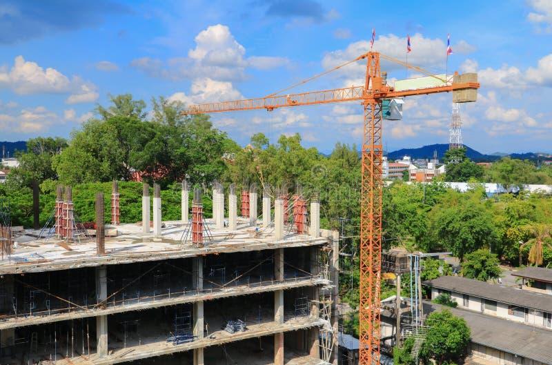 Trabaje la construcción y el andamio de la grúa en el edificio del lugar de trabajo del sitio fotografía de archivo libre de regalías