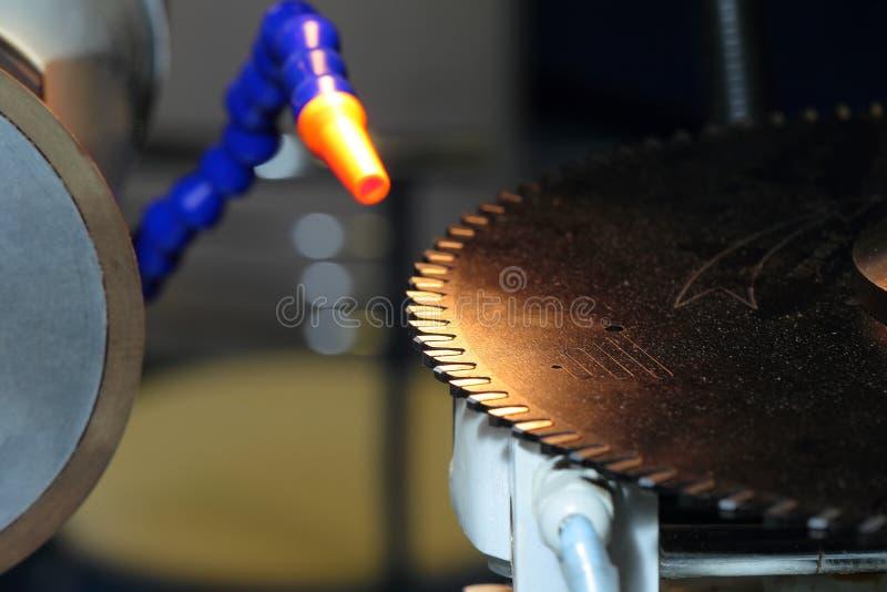 Trabaje a máquina para el sharpeninig una hoja de sierra circular imagen de archivo libre de regalías
