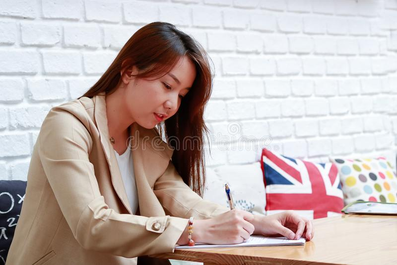 Trabajo asiático de las mujeres de negocios foto de archivo libre de regalías