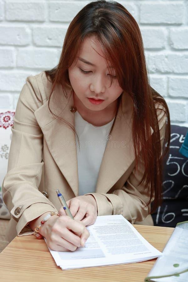 Trabajo asiático de las mujeres de negocios imágenes de archivo libres de regalías