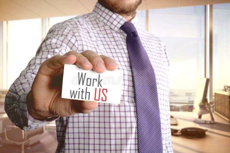 Trabajo con nosotros Hombre de negocios que sostiene una tarjeta con un wri del texto de mensaje imágenes de archivo libres de regalías