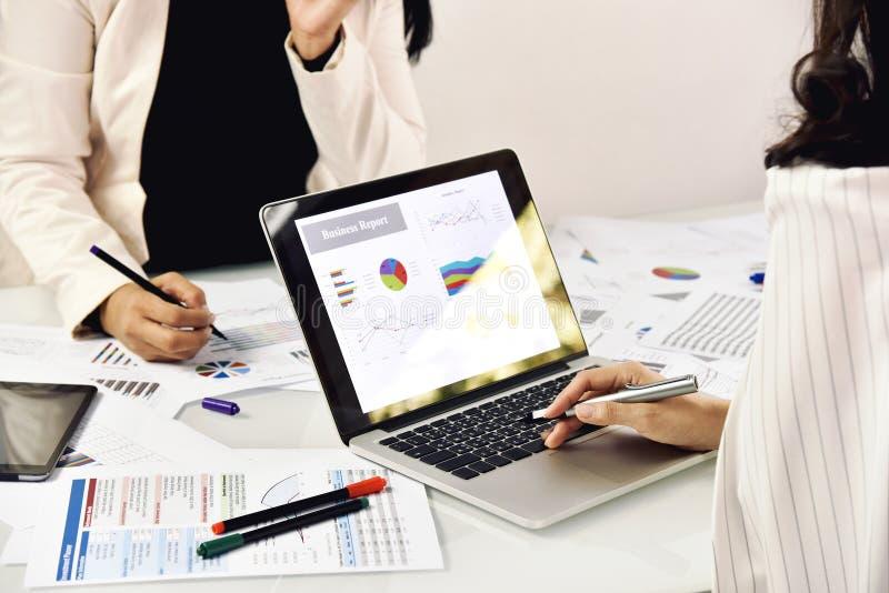 Trabajo corporativo, hombres de negocios de dos mujeres de negocios encontrándose y planeando foto de archivo