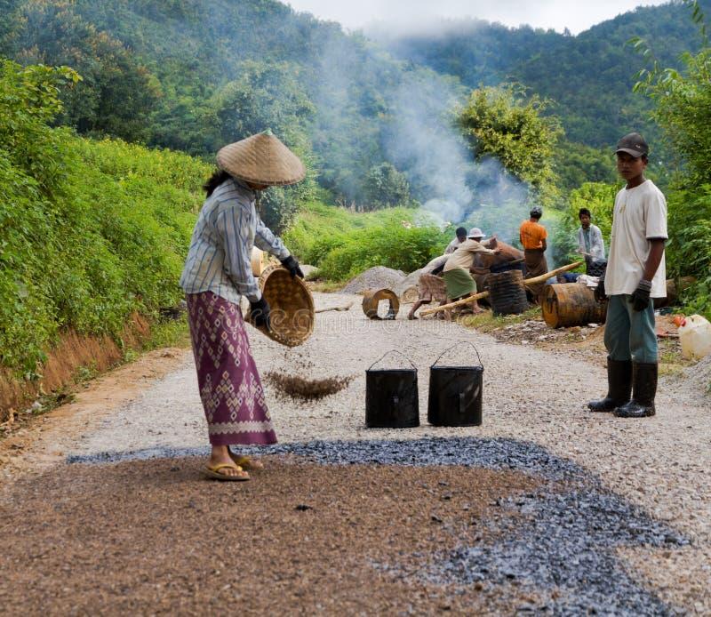 Trabajo de construcción de carreteras manual en Birmania imagen de archivo