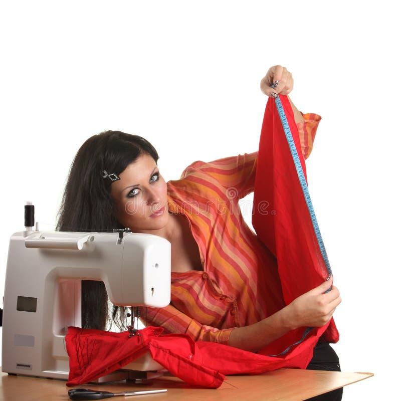 Trabajo de la costurera sobre la coser-máquina foto de archivo libre de regalías