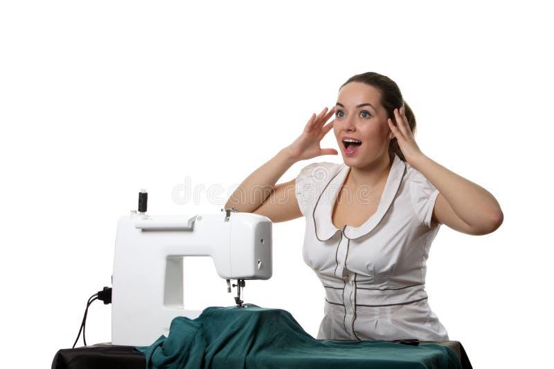 Trabajo de la costurera sobre la coser-máquina fotografía de archivo