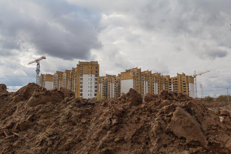 Trabajo de la excavación durante la construcción de las nuevas viviendas imagenes de archivo