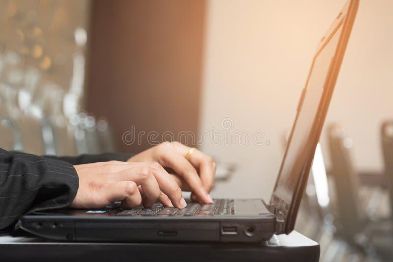 Trabajo de la llave del estudiante en el ordenador portátil del ordenador imagenes de archivo