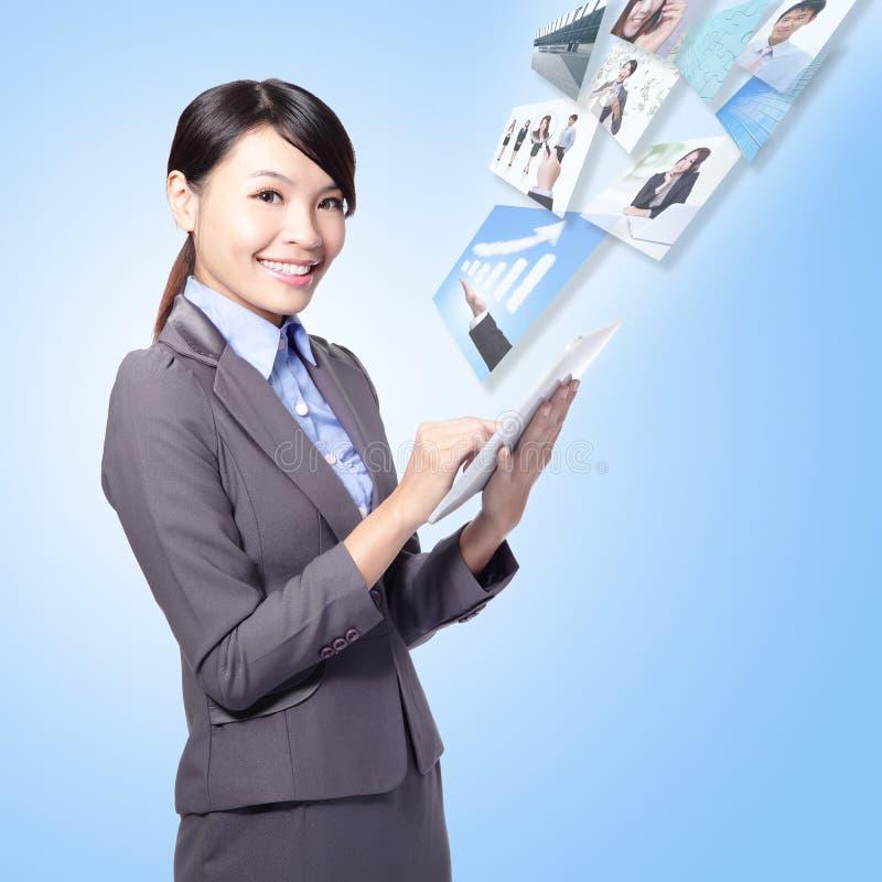 Trabajo de la mujer de negocios con PC de la tablilla fotos de archivo