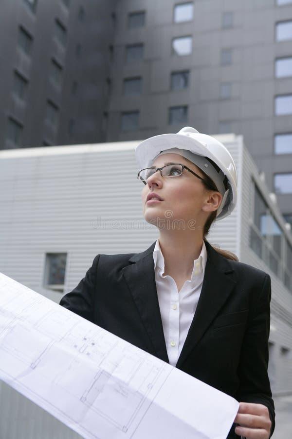 Trabajo de la mujer del arquitecto al aire libre con los edificios imagenes de archivo