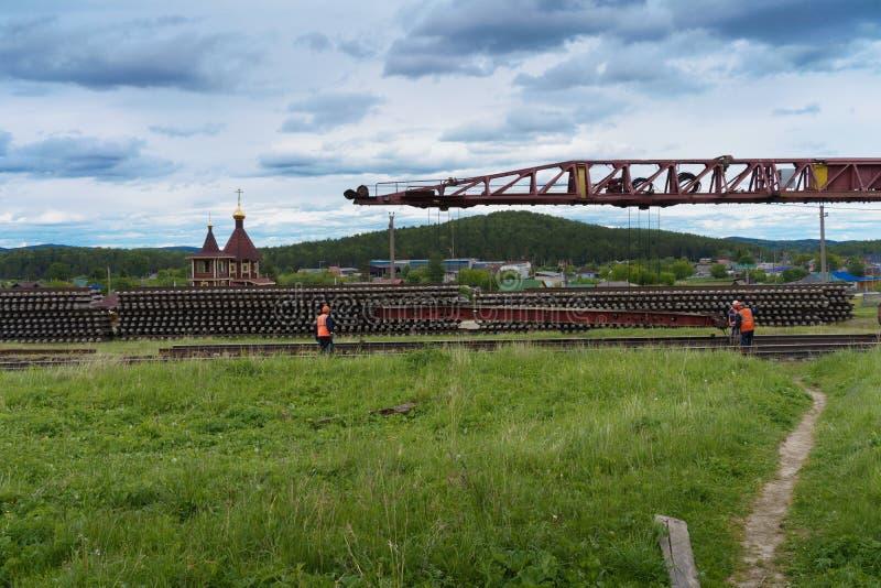 Trabajo de la reparación sobre el camino ferroviario en el campo en Rusia foto de archivo