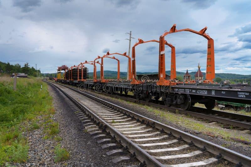 Trabajo de la reparación sobre el camino ferroviario en el campo en verano imágenes de archivo libres de regalías