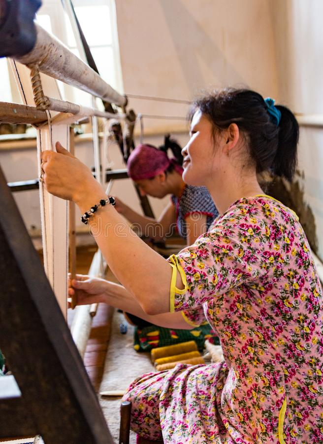 Trabajo de las mujeres en los telares en Kirguistán imagen de archivo libre de regalías