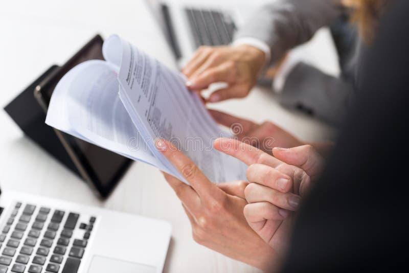 Trabajo de las mujeres de negocios con los documentos en oficina, el papel de Teamwork Female Discussing de dos empresarias o el  fotografía de archivo