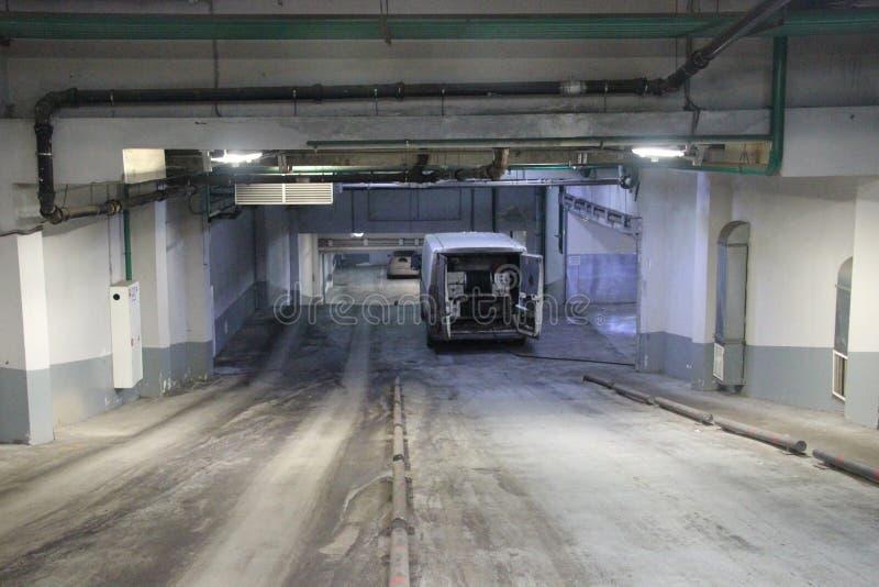 Trabajo de limpio industrial de las aguas residuales, sondeando en base del coche en el edificio foto de archivo libre de regalías