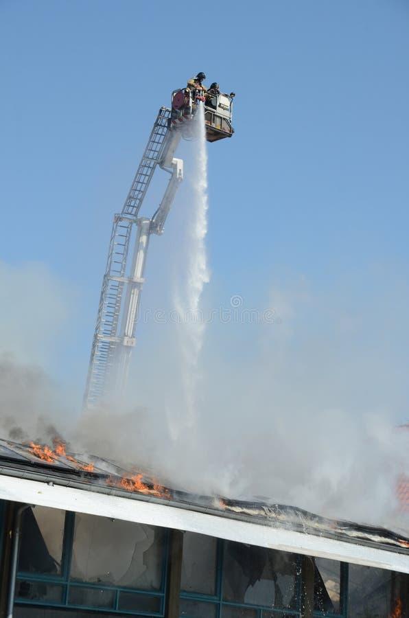 Trabajo de los bomberos de una elevación foto de archivo libre de regalías