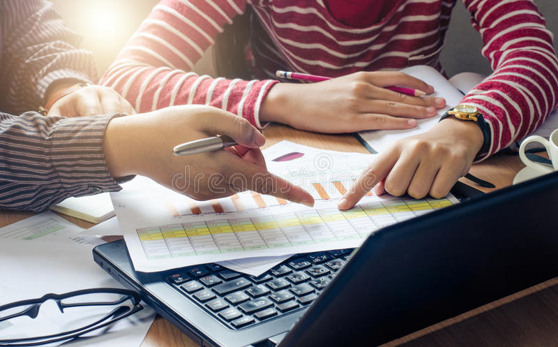 Trabajo de los businessmans del equipo trabajo con el ordenador portátil en oficina del espacio abierto Informe de la reunión en  imagen de archivo libre de regalías