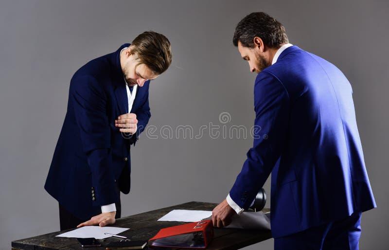 Trabajo de los socios comerciales con los papeles en oficina Negocio y papel fotos de archivo