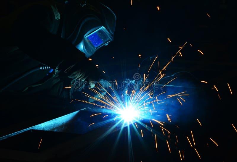 Trabajo de los soldadores en la fábrica foto de archivo libre de regalías