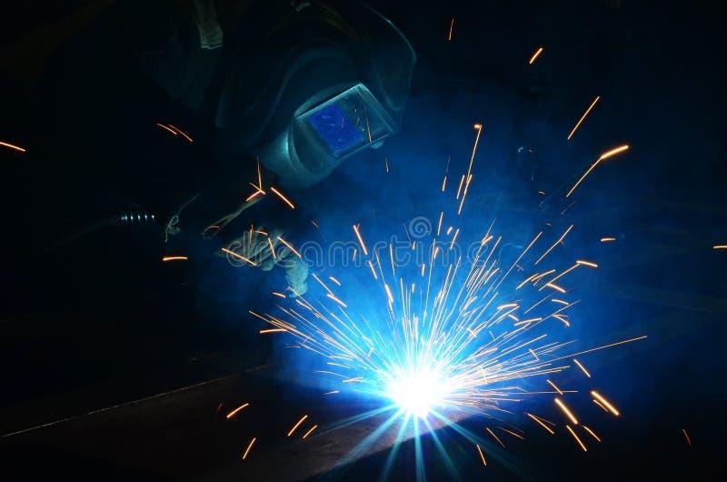 Trabajo de los soldadores en la fábrica imagen de archivo
