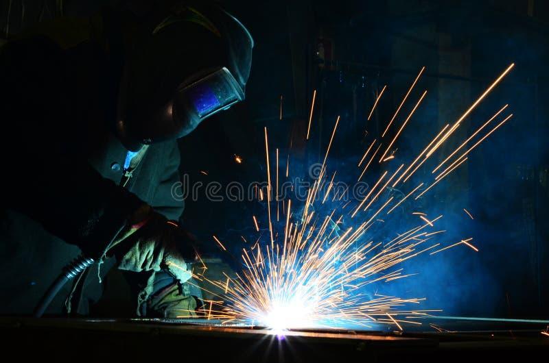 Trabajo de los soldadores en la fábrica imagenes de archivo
