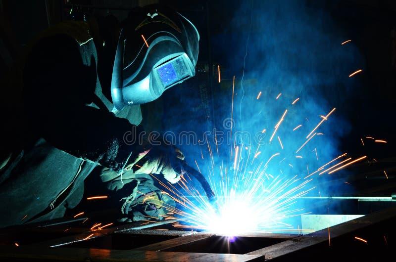 Trabajo de los soldadores en la fábrica fotos de archivo